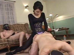 奴隷2人を調教する女王様