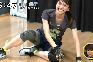 笹崎里菜アナ エロエロトレーニングで胸チラ&ニット乳!ミニスカが興奮の対象