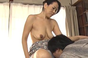 おばさんが息子を元気にさせる乳を持ちすぎている件(セックス動画)