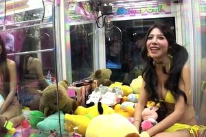 UFOキャッチャーがエロすぎると話題の台湾「水着美女のおっぱいをつかむwwwww」