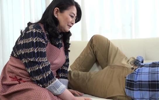 60歳(還暦)の熟女が孫を寝取る「ちんちんしゃぶってマンコへ流し込み」往年のテクwww