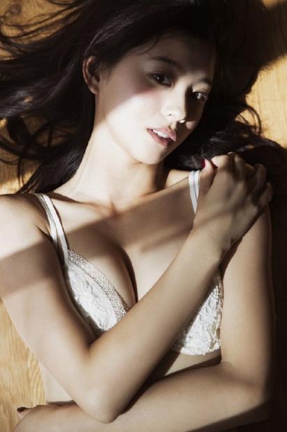 朝比奈彩の全裸ヌードで露出画像