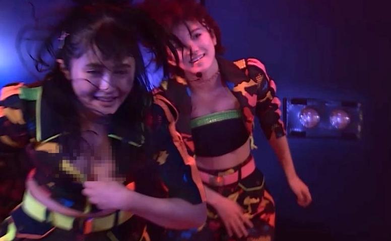 AKB佐藤妃星(17)がえろすぎる公演中に放送事故☆☆チャックから「チクビ&お乳」マル見えやんけwwwwww