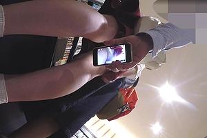 【パンチラエロ画像】股間にスマホでスカートの中身からローアングル隠し撮りwwwww神業やん