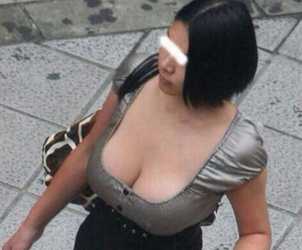 着衣巨乳のエロ画像