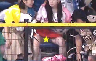 秋山眞緒(つばきファクトリー)が偶然パンチラ!?野球ナイター中継でハロプロアイドルの股間がドアップで全国放送事故www