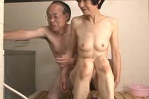 熟年夫婦のセックスもすごいが、おばさんの息子がそれを見て盛ってきたwwwwww