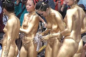 【厳選エロ画像34枚】祭りで金粉トップレスのおっぱい丸出し露出フェスが名古屋でやってんぞ「大須大道町人祭の大駱駝艦の金粉ショーとかいうヤバすぎる祭【永久保存版】