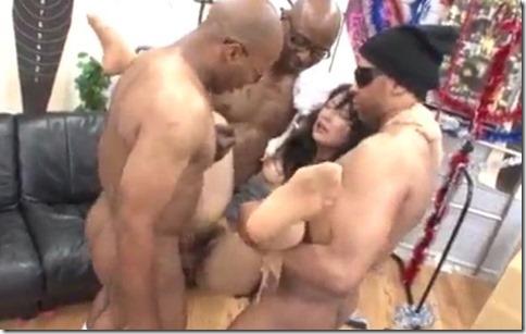 【3BBCエロ動画】黒人棒に空中ファックされる熟女、『だけど涙が出ちゃう、中出しなんだモン・・』
