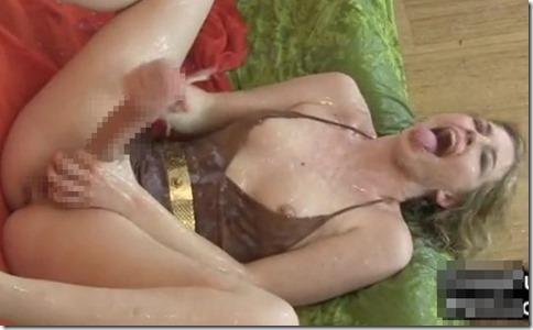 【三次元ふたなりエロ動画】ふたなり巨チンオナニーで無限射精する美女、精液飛ばしてセルフ顔射・精飲