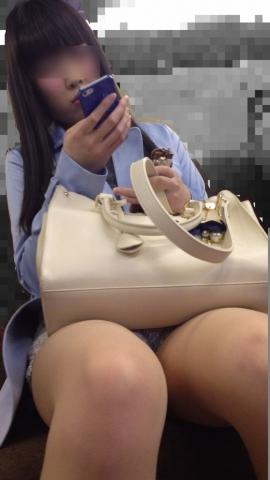 列車で対面に座ってる太ももがエ□い女子を→スマホで「隠し撮り」したと思われる写真まとめ☆