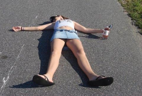 泥酔女達がパンツを広げて倒れてる、これはレ●プされても仕方ないと思う画像wwwww