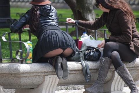 【パ●チラエ□画像】街中で偶然遭遇したパ●チラ…パンスト越しに透けて見える下着が大人のエ□スだなwww...
