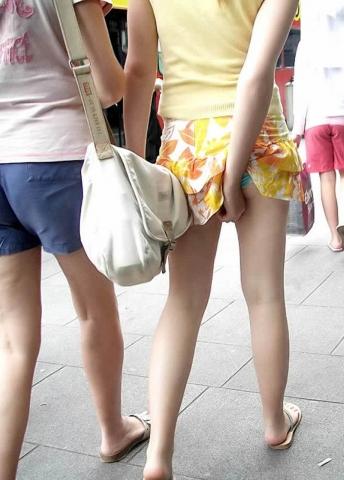 (パ●チラエ□写真)なんだか得した気分になれるパ●チラハプニング☆シロウト小娘の股間に釘付けwwwwwwww(写真1...
