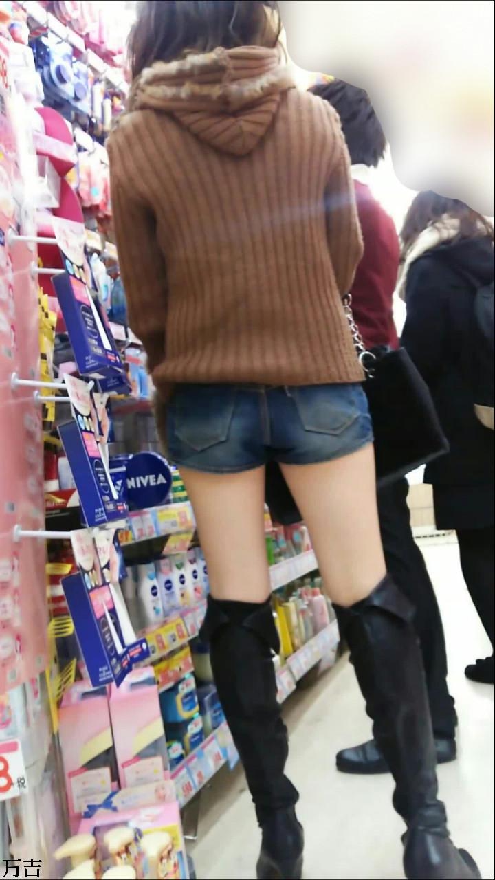 寒くてもブーツ履いて太もも見せつけてる素人のエロ画像