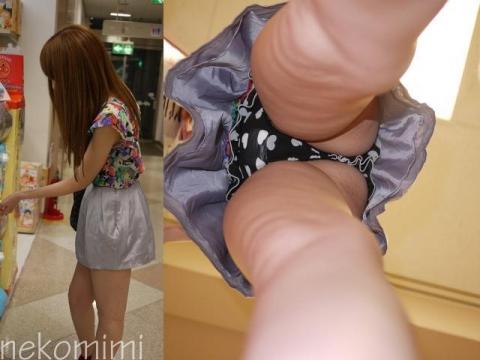 ショップ店員のスカートにスマホぶち込む!パンツもおされさんだったwww