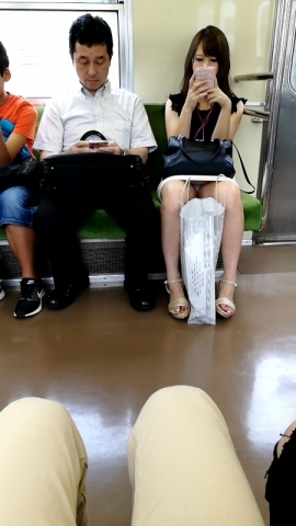 うひょ~ラッキーwこれだから電車通勤やめれんwパンツ丸見えですやんwww