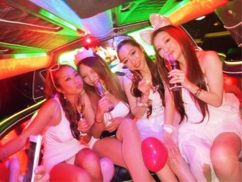 ヒャッホ~~~女子会リムジンパーティーはパ○チラマル見えなんて当たり前wwwwwwww