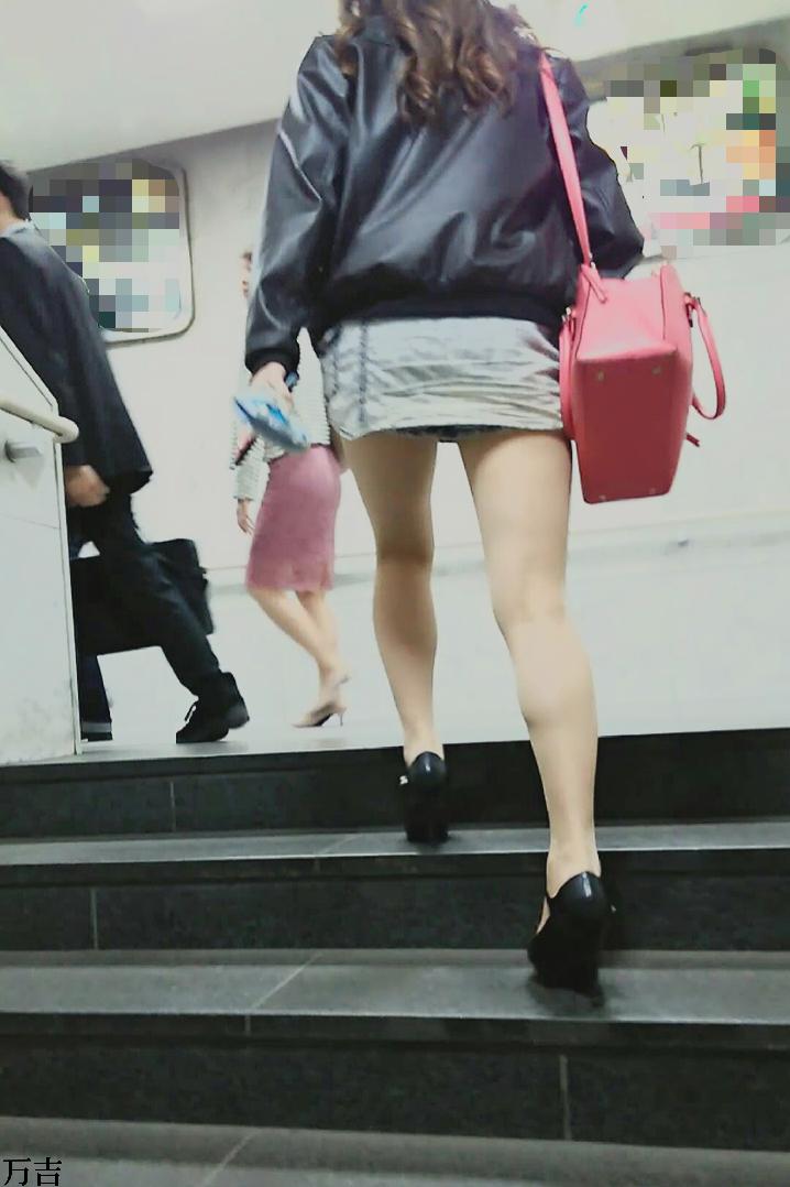 (パンツ丸見え)ミニスカで階段登ってれば見上げるのは男の性