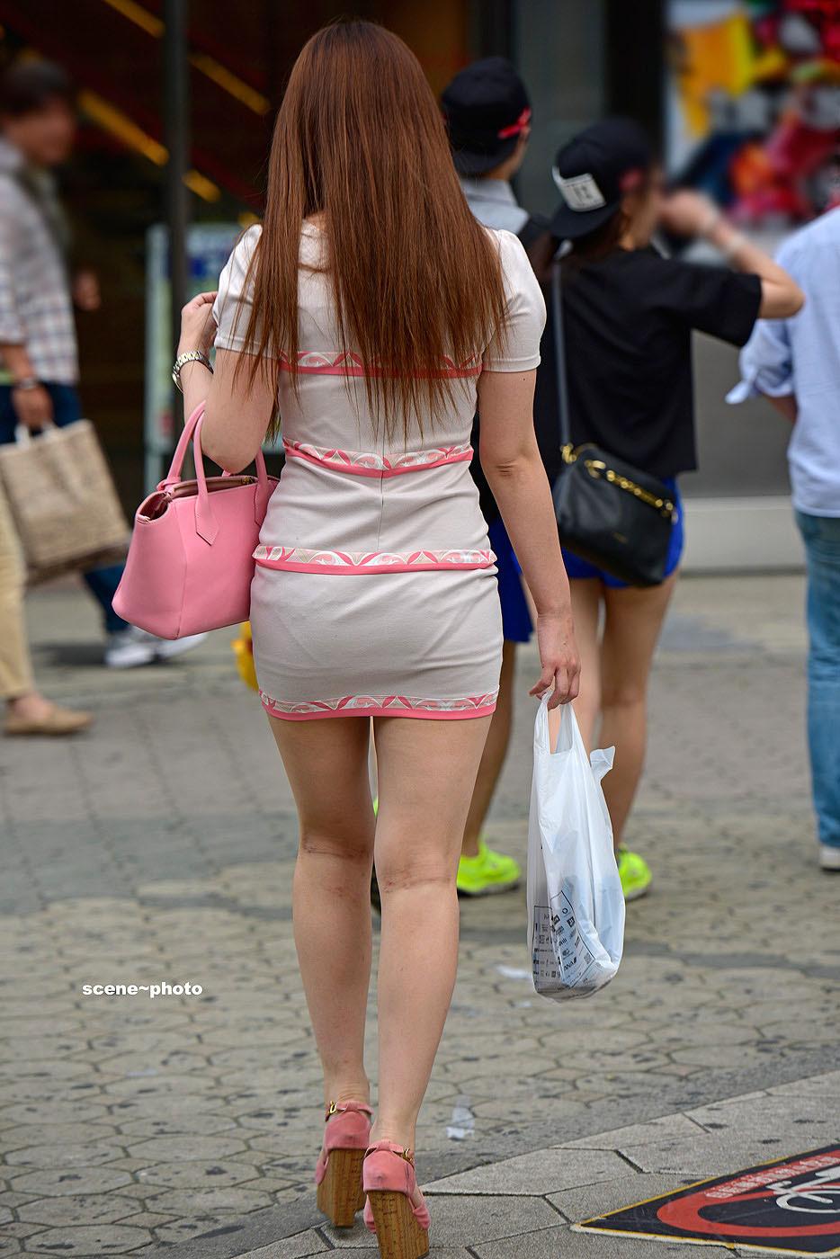 股間を刺激するタイトミニスカがえろ過ぎる街撮り写真