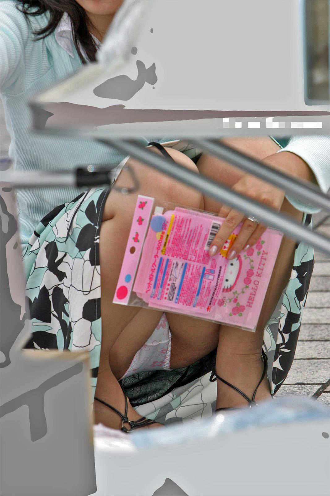 ぷっくり股間アピールがえろ過ぎるシロウトの座りパンツ丸見え写真