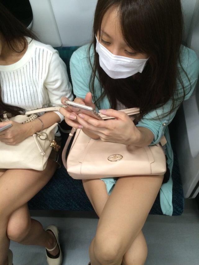 電車内で見たムチムチの足組みがエロくて隠し撮りしたエロ画像