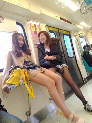 (※列車のチラチラ※)列車内でのチラリズムがワイの股間にテントをはらせるぅ~~wwwwww