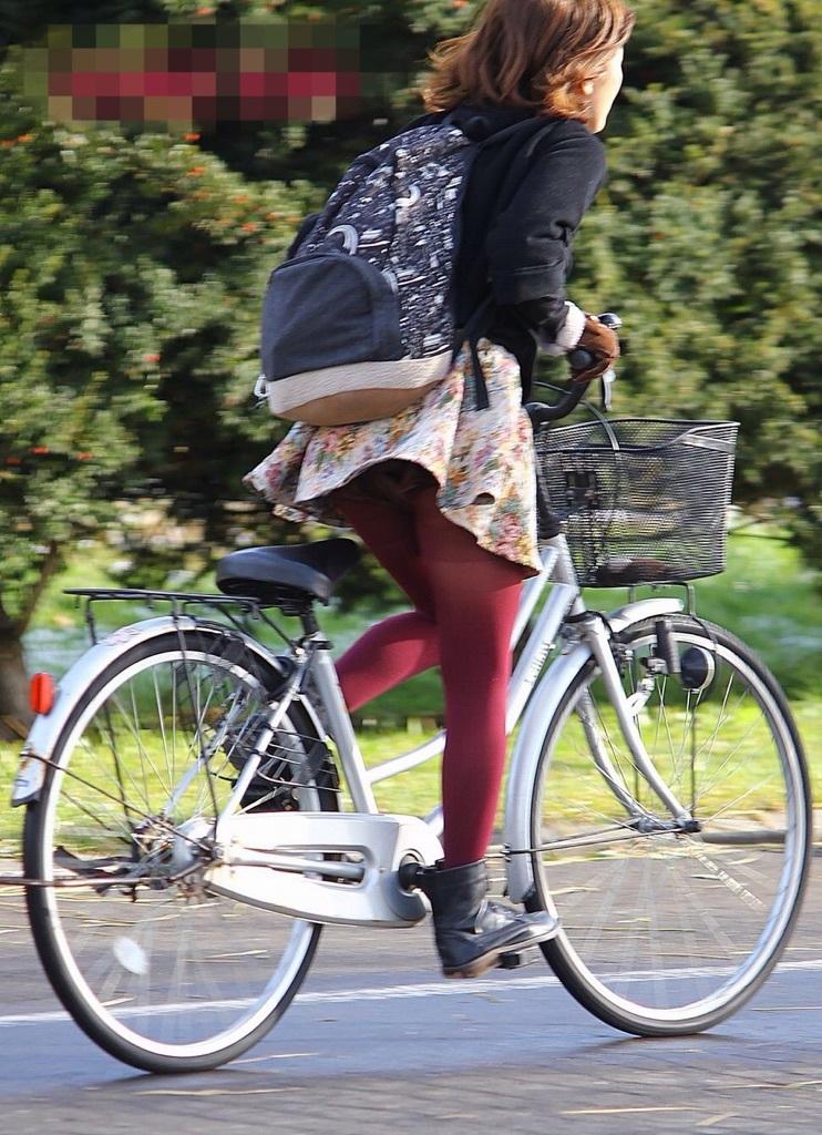 ミニスカで自転車に乗って予想通りパンチラしてる素人さん達のエロ画像