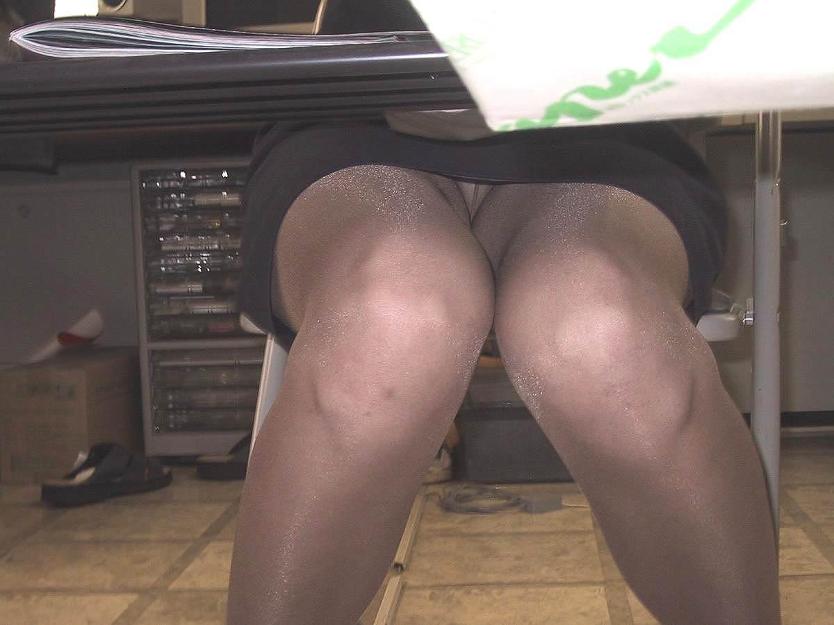 デスクの下から同僚のパンツ丸見えを収録したえろ写真