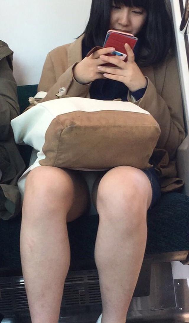 電車内でこっそり素人さん達のパンチラ・太ももを撮影したエロ画像