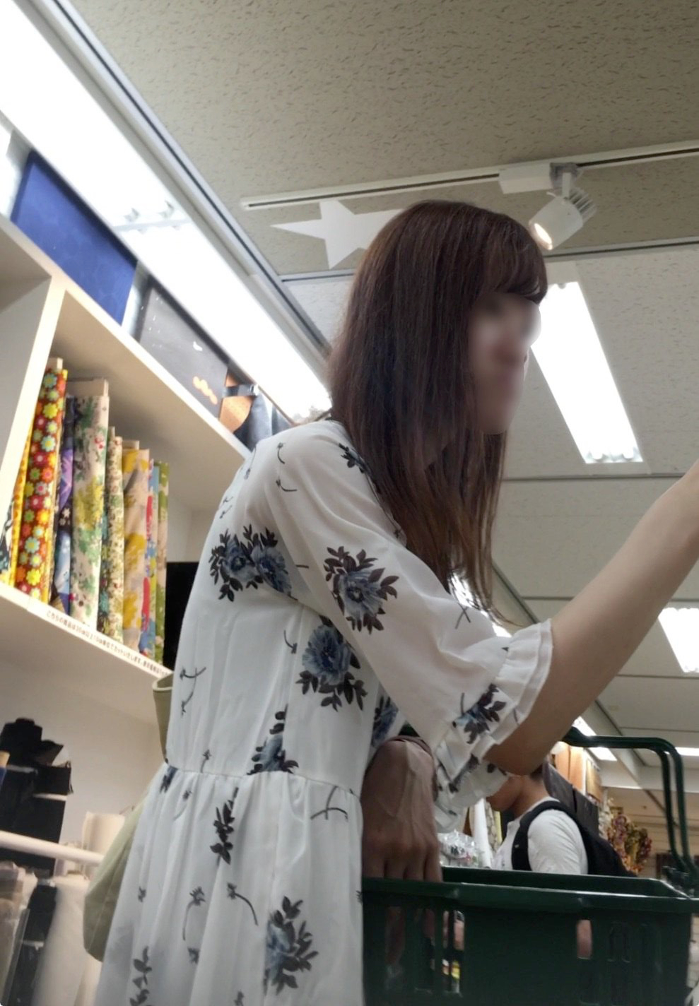 お買い物中の素人さんのパンチラを執拗に撮影しまくったエロ画像