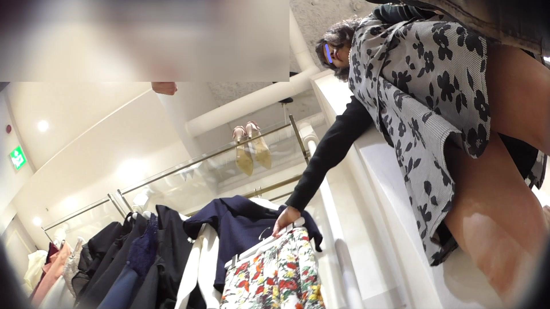 【逆さ撮り】アパレル店員さん達はパンツもお洒落なのか気になって撮影したパンチラ画像