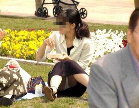 (ナチュラルパ○チラ)ヨッコイショと座ってパンツ見え見えな女子wwwwwwww