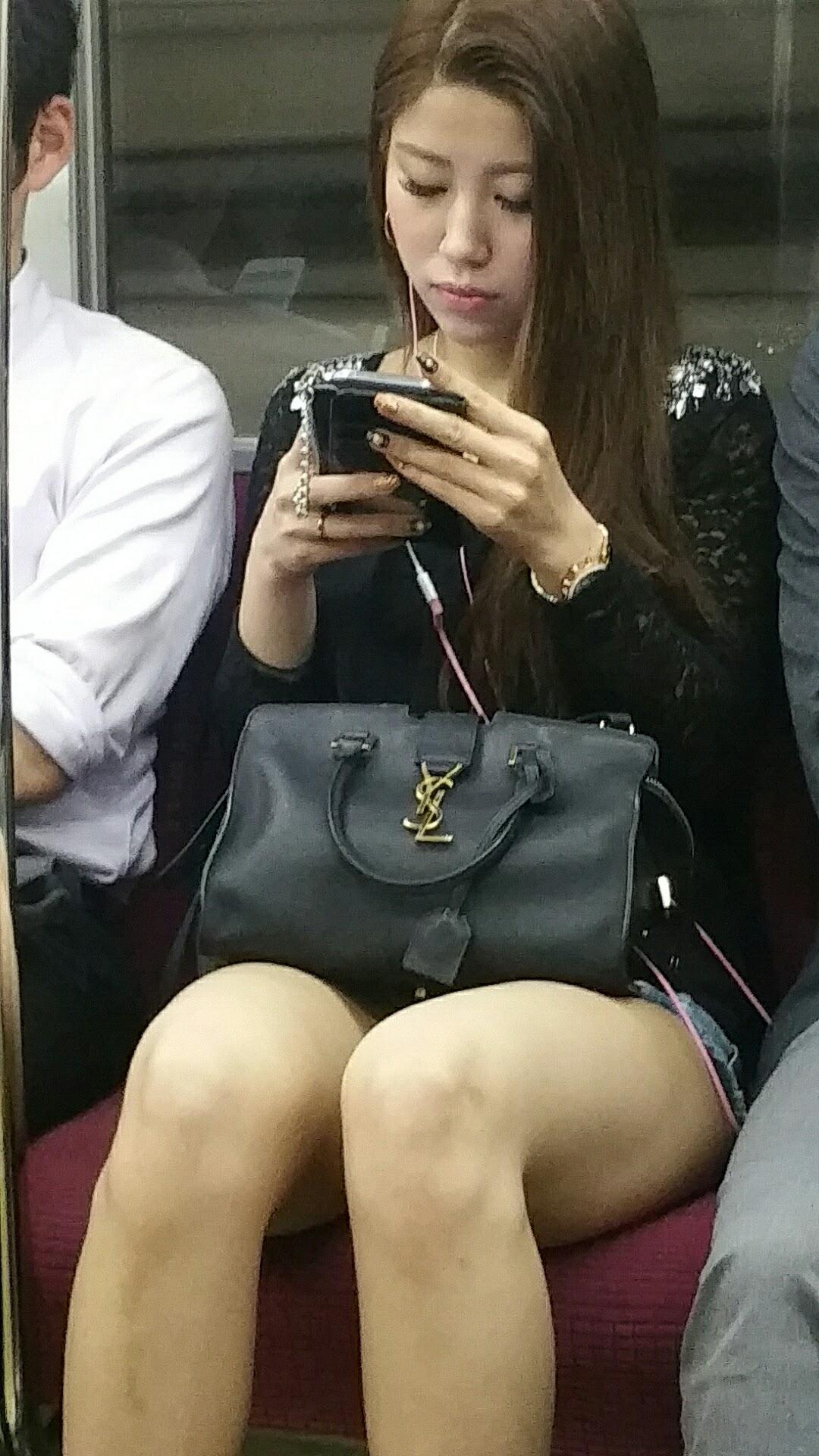 電車内で素人の無防備な太ももがエロ過ぎて撮影したエロ画像