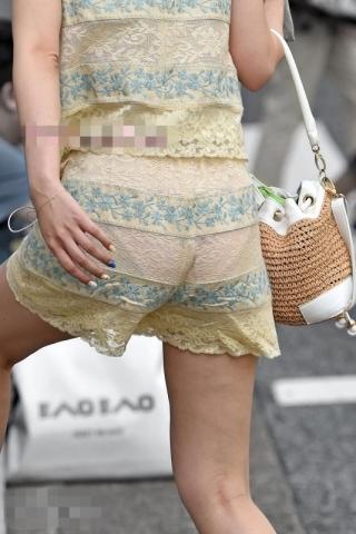 パ、パンツが透けて丸見えの女が目の前にいるんだがwwwwww