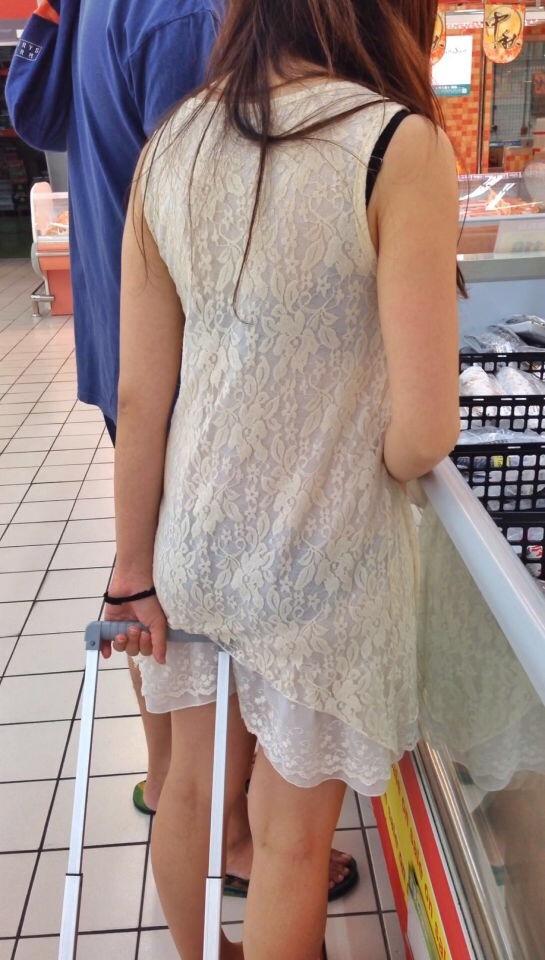 アダルト画像3次元 - もはやプレイの一環!?買い物中のカップルが透け透けモロパン晒しまくってる