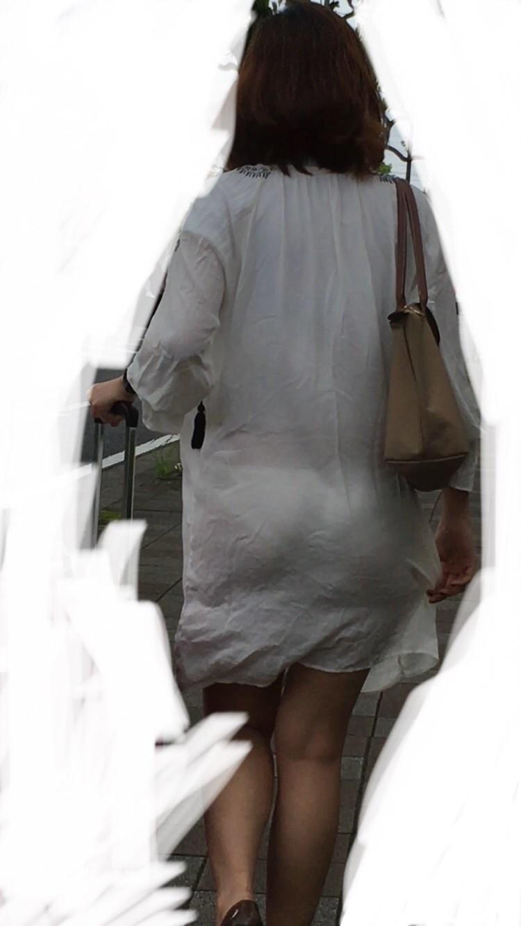 これだけ見えてて恥ずかしくないの!?ってくらい見えてる透けパンチラ・パン線画像