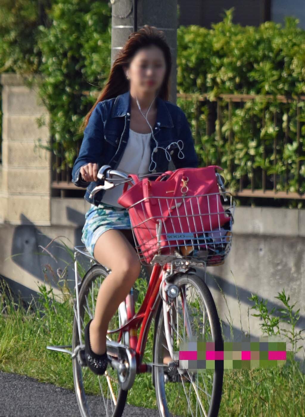 自転車に乗ってる素人さん達の無防備で躍動感のあるパンチラが堪らん