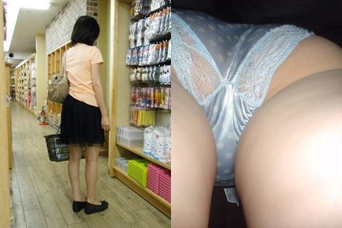 買い物に夢中になって無防備な女性のスカートの中を隠し撮りした逆さ撮りパ○チラ画像