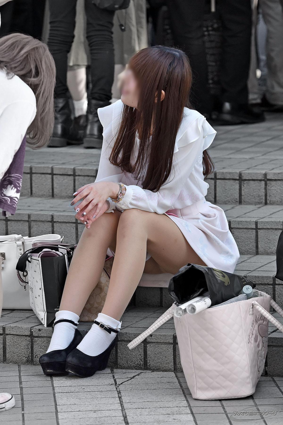 どこにでもスカートで座っちゃう無防備な素人さん達~パンチラ見えてますよ