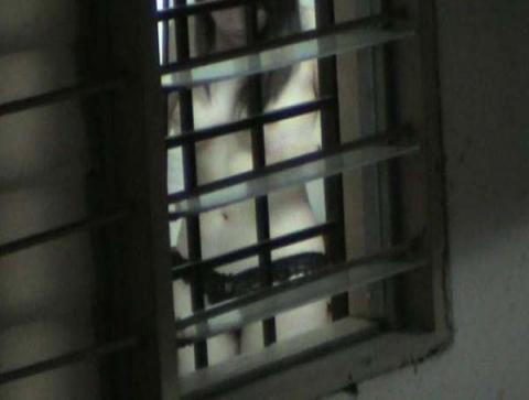 お隣さんの家の窓が少し開いていたからそっと中を覗いたら…
