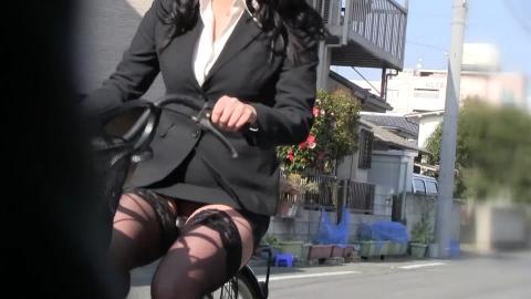 OLさんのタイトスカートの隙間をガン見したら躍動感のあるパ○チラが見えた