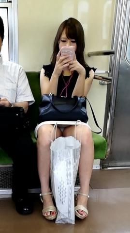 アダルト画像3次元 - 【列車でパ○チラ】列車でスキあり!お股開帳おおぱんちゅ丸見えでござる~☆☆☆