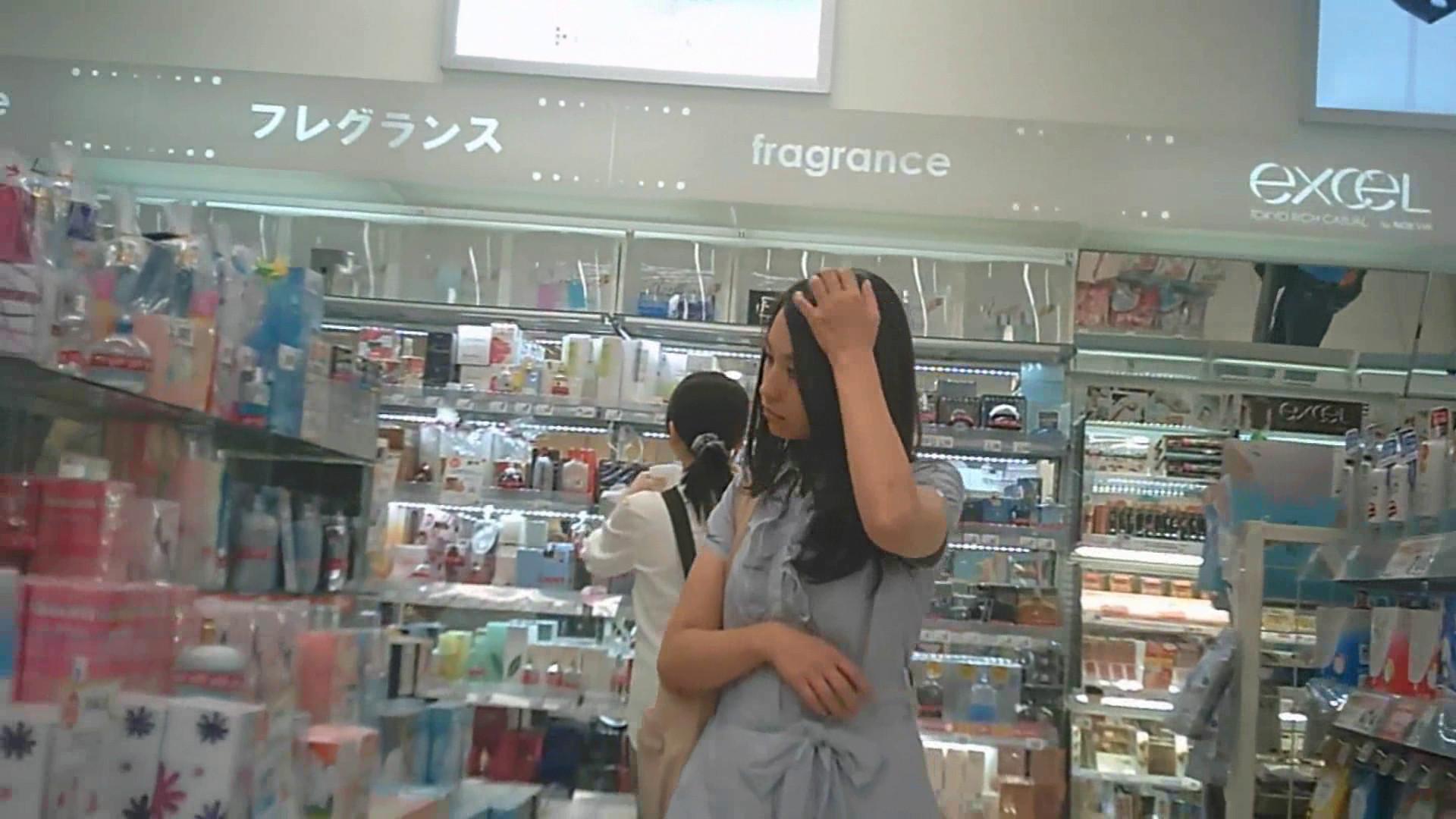 (パンツ丸見え)お買い物中のミニスカさんのスカートの中身を隠し撮り