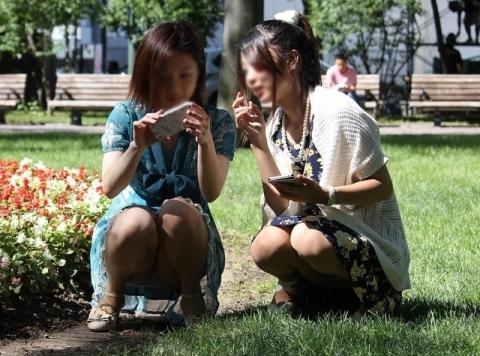 アダルト画像3次元 - 公園で楽しげにパ○チラしてる女子を撮ったのがコチラ!!!!!!下着丸見え!!!!!!