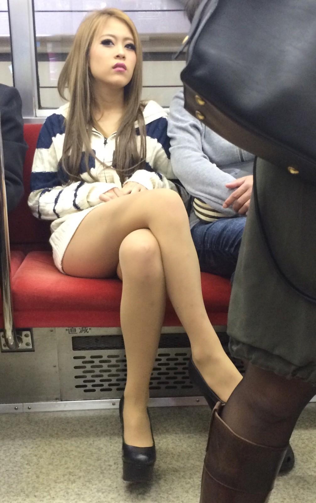 対面に座ってる足組みを見るとパンチラを期待してドキドキしてくる