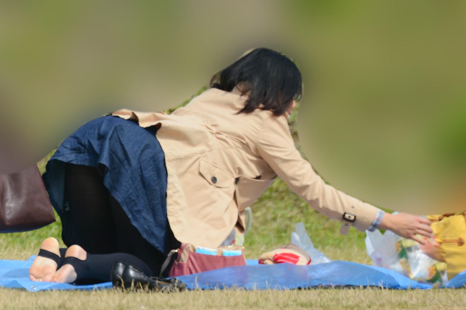 アダルト画像3次元 - 【はみパン】スカートで前屈みになる危険さに全く気付いていないシロウトのエロ画像