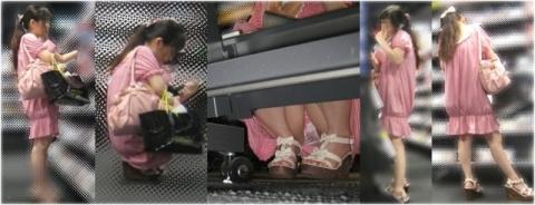 【エロ画像】【完全パ●チラ】座りながら商品選んでる女子♪回り込んだ棚の下はTHEパ●チラワールドであった~!!!!!!...