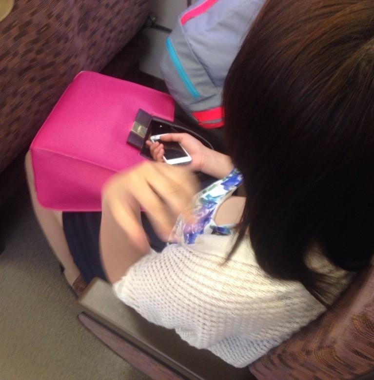 通勤中の密かな楽しみ☆上から覗く胸チラをカメラに収めたえろ写真