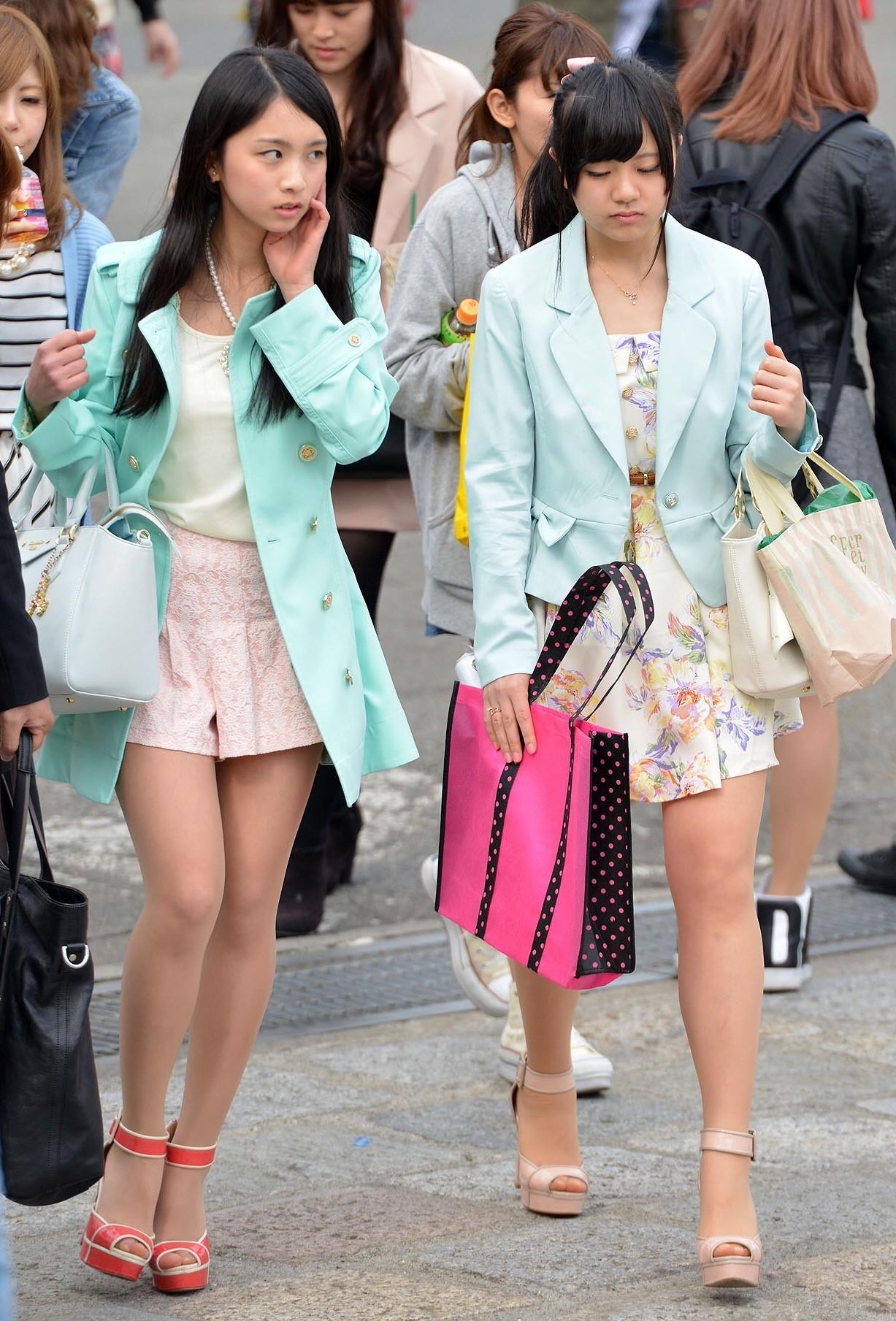 街中で見るシロウト女子達の太ももがえろくてチ〇コ挟みたくなる
